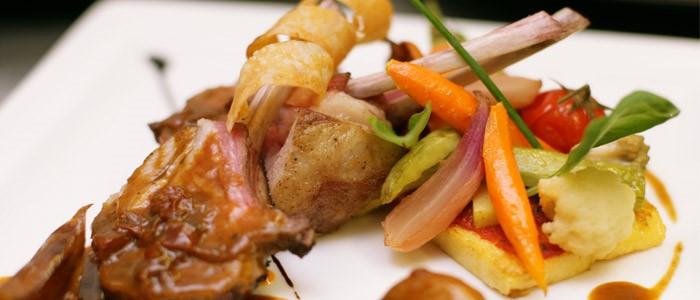Idée recette: Carré d'agneau du Quercy roti, légumes glacés à l'huile d'olives Taggiashes, polenta et jus aux délices de tomates séchées